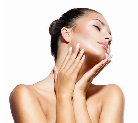 pampering: Belleza Retrato hermoso balneario Mujer tocando la cara