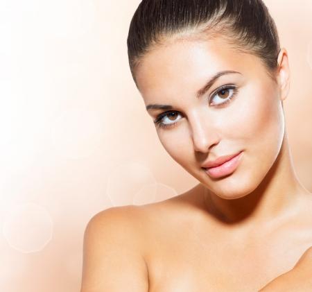 vecchiaia: Bel volto di giovane donna con pelle pulita fresca