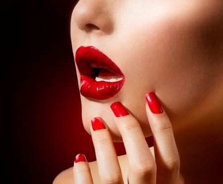 zoenen: Rode lippen en nagels Make-up en manicure Stockfoto