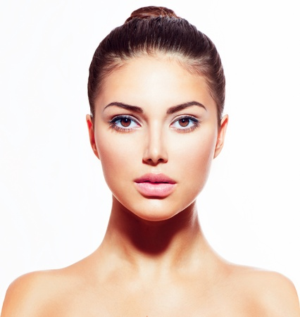 白で隔離されるきれいな新鮮な皮膚と美しい若い女性