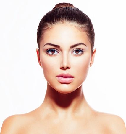 Mooie jonge vrouw met schone huid op wit wordt geïsoleerd Stockfoto