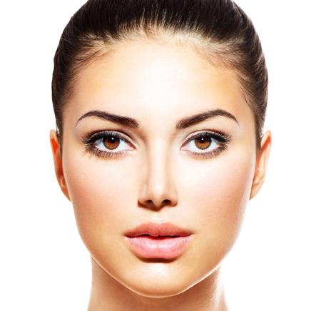 wunderschön: Schöne junge Frau mit Clean frische Haut isoliert auf weiß