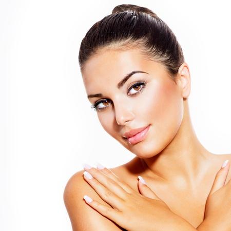 beauty: Schöne junge Frau mit Clean frische Haut isoliert auf weiß