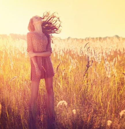 backlit: Muchacha de la belleza al aire libre adolescente Muchacha modelo que presenta en Sun Light