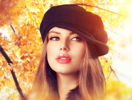 mujer: Oto�o Mujer en un sombrero de la boina del oto�o Fashion Wear Foto de archivo