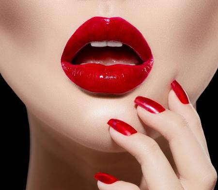 glans: Röda sexiga läppar och naglar närbild Manikyr och Makeup Stockfoto