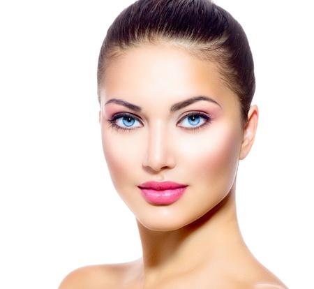美女: 年輕女子的美麗的臉與清潔新鮮皮膚