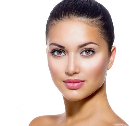 Beau visage de jeune femme avec peau fraîche propre