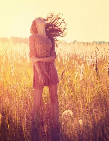 sunshine: Belleza ni�a al aire libre rom�nticas Foto de archivo