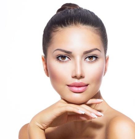 attraktiv: Gesicht der jungen Frau mit Clean frische Haut isoliert auf weiß