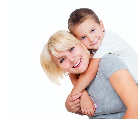 madre e hijo: Madre feliz con el hijo aislados en un fondo blanco