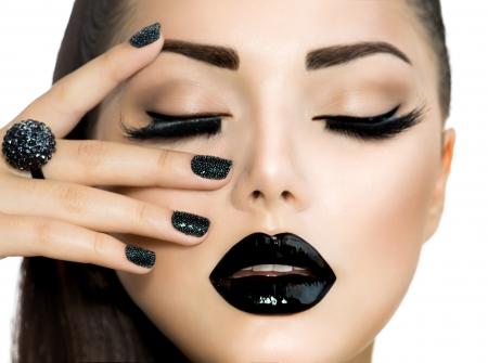トレンディなキャビアと流行スタイルのファッションの女の子の黒のマニキュア