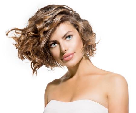 백색 짧은 곱슬 머리에 아름다움 젊은 여자의 초상화 스톡 콘텐츠