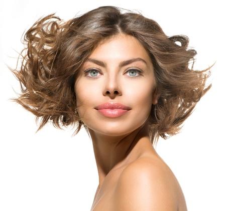 belleza mujer joven retrato en blanco pelo rizado corto photo