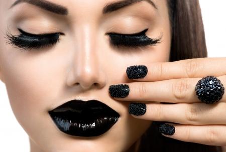 long nail: Bellezza Moda Ragazza con Trendy Black Caviar Manicure e trucco