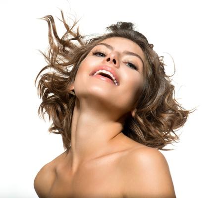 Belle jeune femme portrait sur fond blanc cheveux courts et frisés Banque d'images
