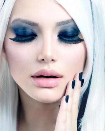 trucco: Bellezza Moda Ragazza in bianco e nero stile Smoky Occhi Trucco