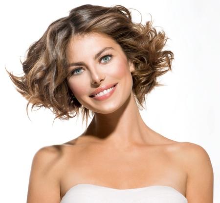 короткие волосы: Красота Портрет молодой женщины на белом короткие кудрявые волосы Фото со стока