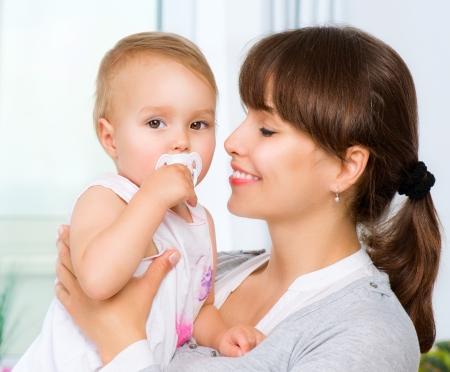 female nipple: Madre e bambino baci e abbracci Famiglia Felice Archivio Fotografico