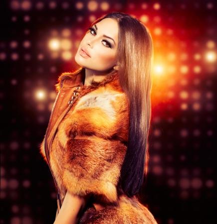 キツネの毛皮のコートの美容ファッション モデルの女の子 写真素材