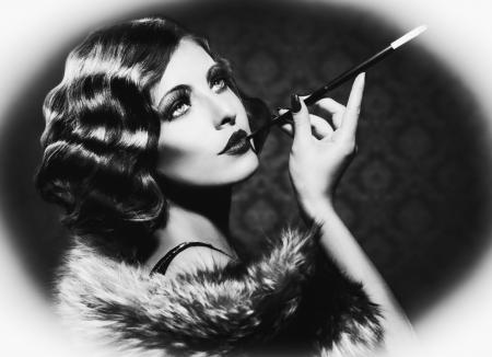 vintage: Retro Kadın Vintage Trend Siyah ve Beyaz Fotoğraf Sigara Stok Fotoğraf