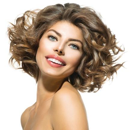 Schönheit Junge Frau Portrait über White kurzes, krauses Haar Standard-Bild - 22132789