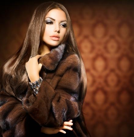 moda: Bellezza Modella Ragazza in cappotto di pelliccia di visone