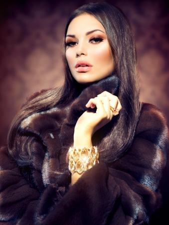 elegante: Beauté Mannequin Girl in Mink Fur Coat Banque d'images