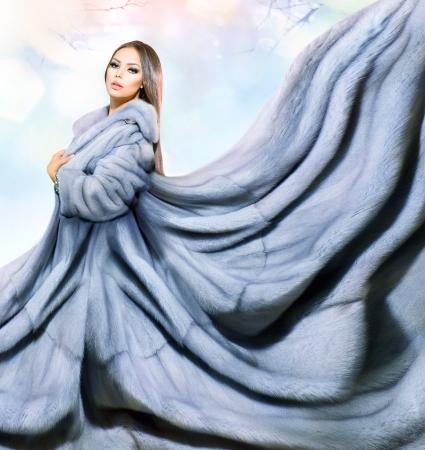 青いミンクの毛皮のコートの美容ファッション モデルの女の子
