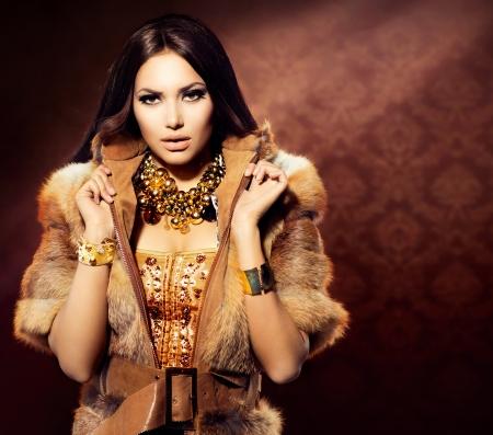 キツネの毛皮のコートのファッション モデル美少女