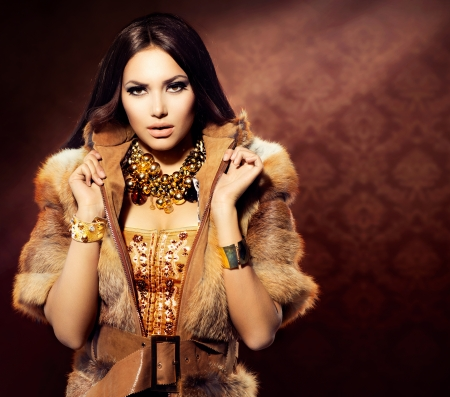 時尚: 美容時尚型號狐狸毛大衣的女孩 版權商用圖片