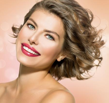 cabello rizado: Belleza mujer joven con el pelo rizado corto