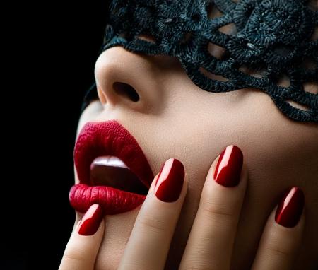 Bella donna con la maschera di pizzo nero sugli occhi Archivio Fotografico