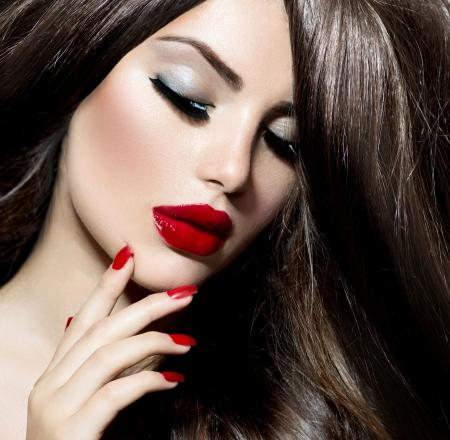 섹시한 빨간 입술 아름다움 소녀와 손톱 도발적인 메이크업