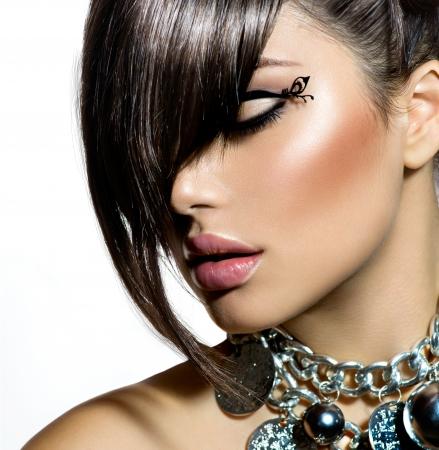 moda: Moda Glamour Ragazza di bellezza con l'acconciatura alla moda e trucco Archivio Fotografico