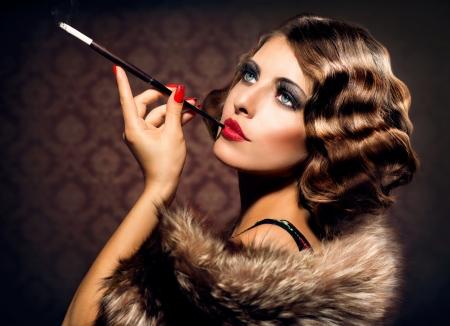 マウスピースとレトロな女性肖像画の美しい女性