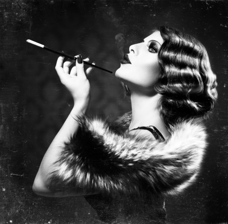 vintage: Курение ретро женщина старинный стиль черно-белой фотографии