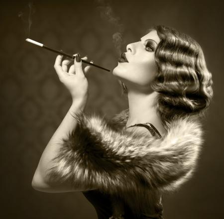 chica fumando: Fumar Retro Woman Vintage Styled Blanco y Negro Foto