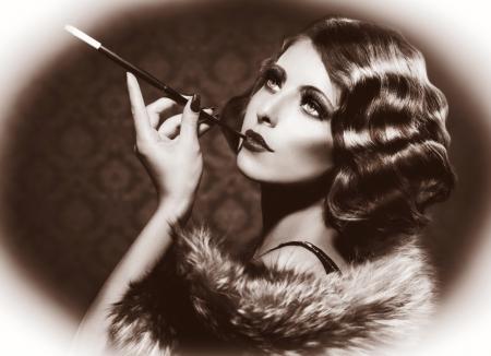 bağbozumu: Retro Kadın Vintage Trend Siyah ve Beyaz Fotoğraf Sigara Stok Fotoğraf