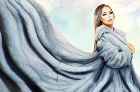manteau de fourrure: Beaut� Mannequin fille en bleu Mink Fur Coat