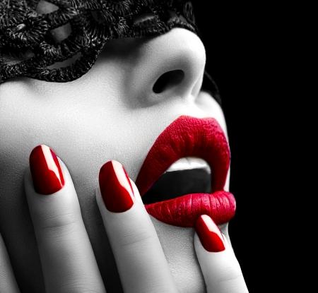 Belle femme avec un masque de dentelle noire sur les yeux Banque d'images - 22132821