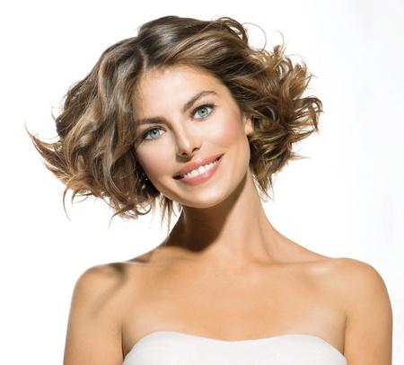 Schoonheid jonge vrouw portret over Wit kort krullend haar Stockfoto