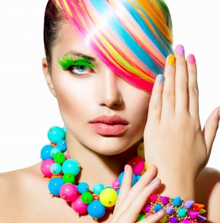Schoonheid meisje portret met kleurrijke make-up, haar en accessoires