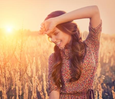 backlit: Muchacha de la belleza rom�ntica al aire libre Modelo adolescente hermoso de la muchacha Foto de archivo