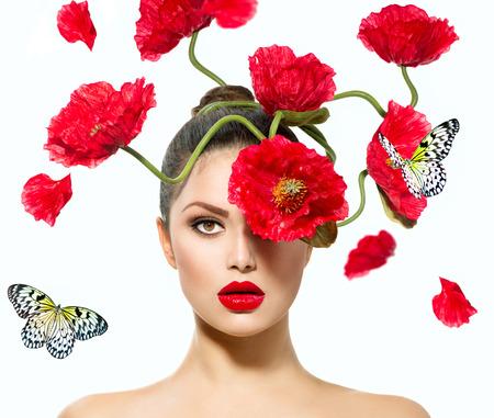 mode: Beauty Fashion Model Vrouw met rode papaver bloemen in haar haar Stockfoto