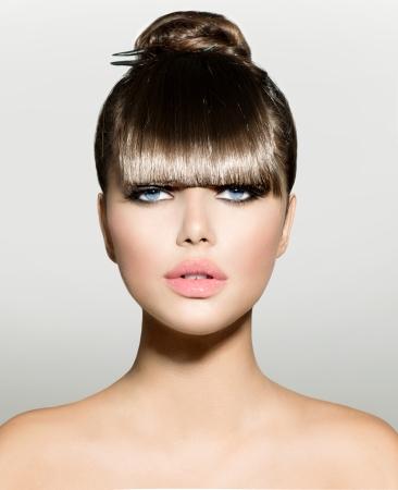 トレンディなヘアスタイルとフリンジ ファッション モデルの女の子