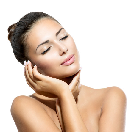 masajes faciales: Belleza Retrato hermoso balneario Mujer tocando la cara