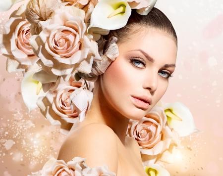 móda: Fashion Beauty Model Dívka s květinami na vlasy nevěsta Reklamní fotografie