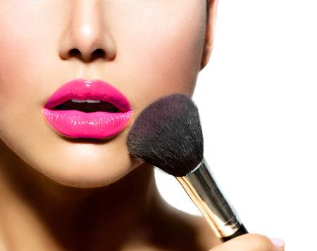 mujer maquillandose: Maquillaje Aplicando primer cepillo cosmética Polvo para Maquillaje
