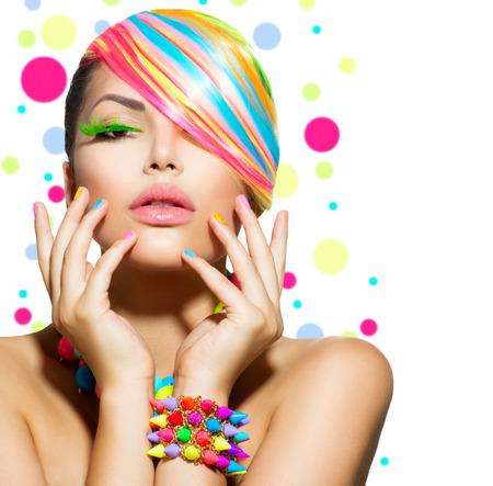 Portret schoonheid Meisje met kleurrijke make-up, nagels en accessoires Stockfoto